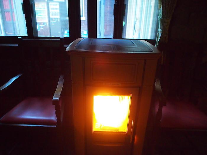 朝はやっぱり寒いです。ストーブで暖をとる