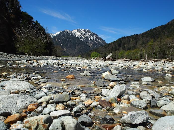 川べりから見た山の美しいこと!