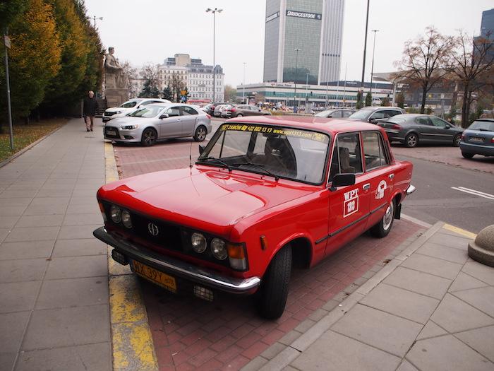 東欧名物トラバントではないけど、クラシックな車。カクカクしててカッコイイな。