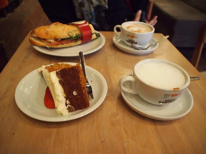 カフェネロで一休み。大きいケーキは濃厚で美味しい!