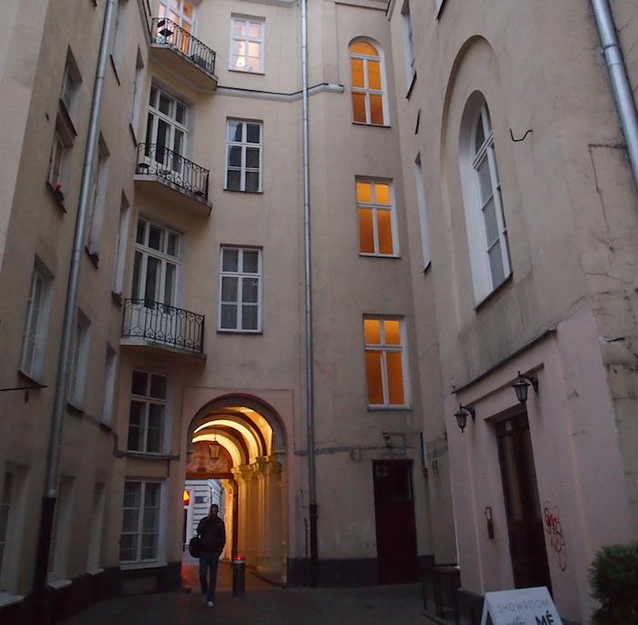 雰囲気たっぷりの建物。一階は店舗、上は住居みたい