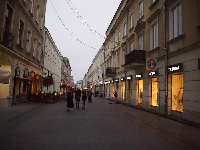 この通りは広くて人が多く、安全だったのでよく散策しました