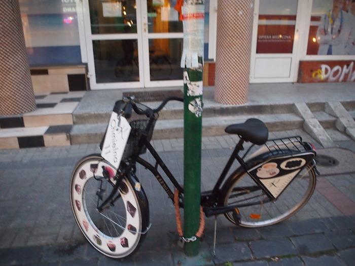 カフェの看板代わりの自転車