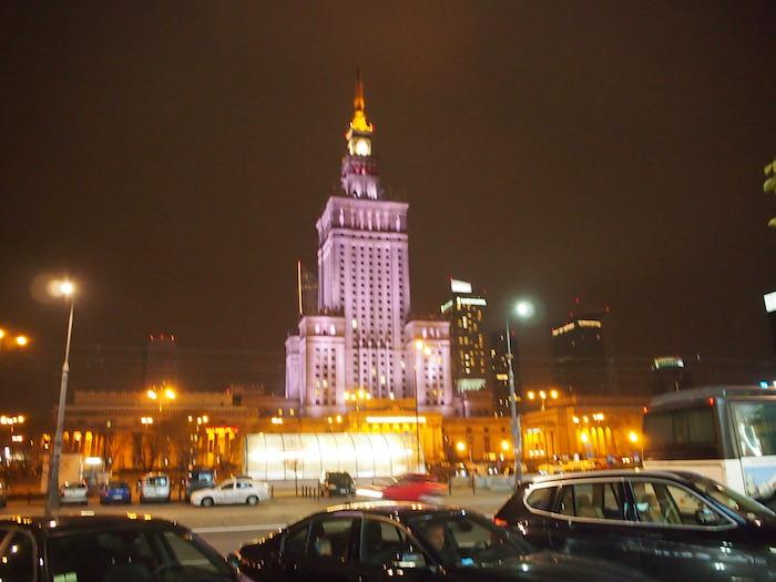 夜にライトアップされている文化科学宮殿
