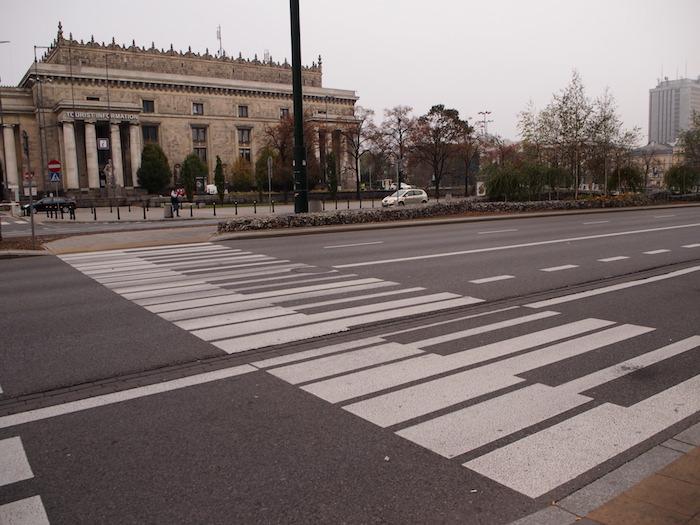 宮殿の前にはショパンの国であることを思わせる鍵盤の横断歩道が!