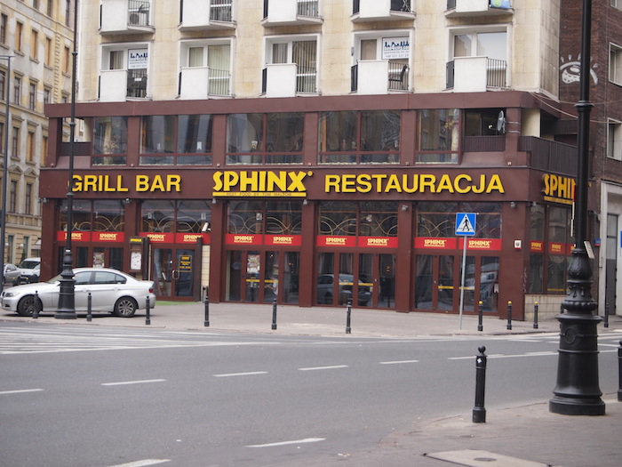 このあと何度も来てしまうお手軽レストラン、なぜか名前は「スフィンクス」