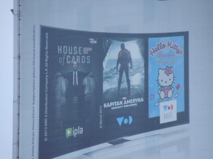 ビルの壁の広告看板にキティ発見。出稼ぎご苦労である。