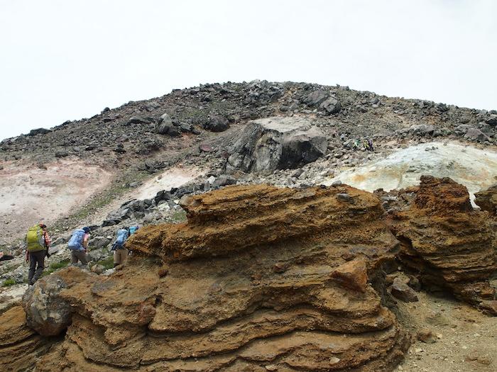 岩場をずんずん登ります