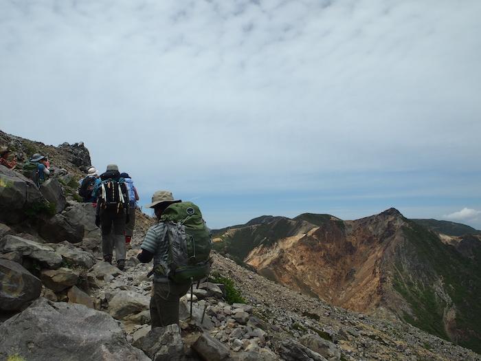 を、眺めながら岩場を歩きます