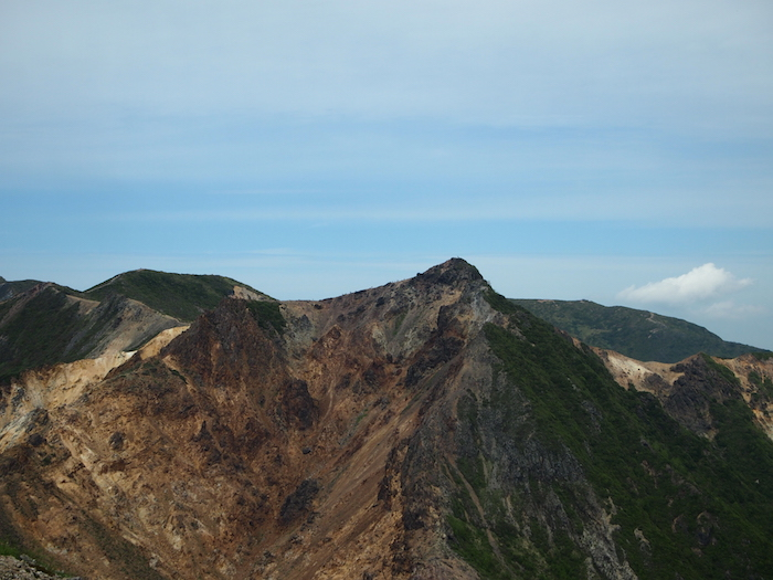 お向かいには朝日岳。山頂にいる人が見えるよ