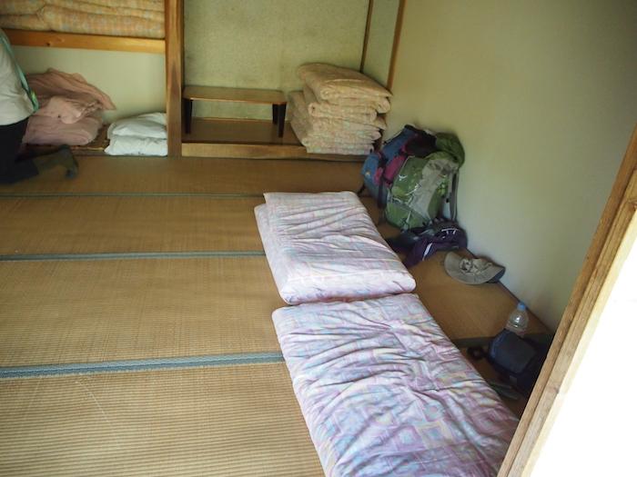 お部屋はこんな。お布団が一人ひとつでゆったり