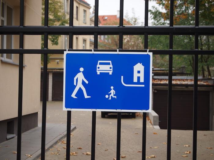 ここにも歩行者注意の標識が