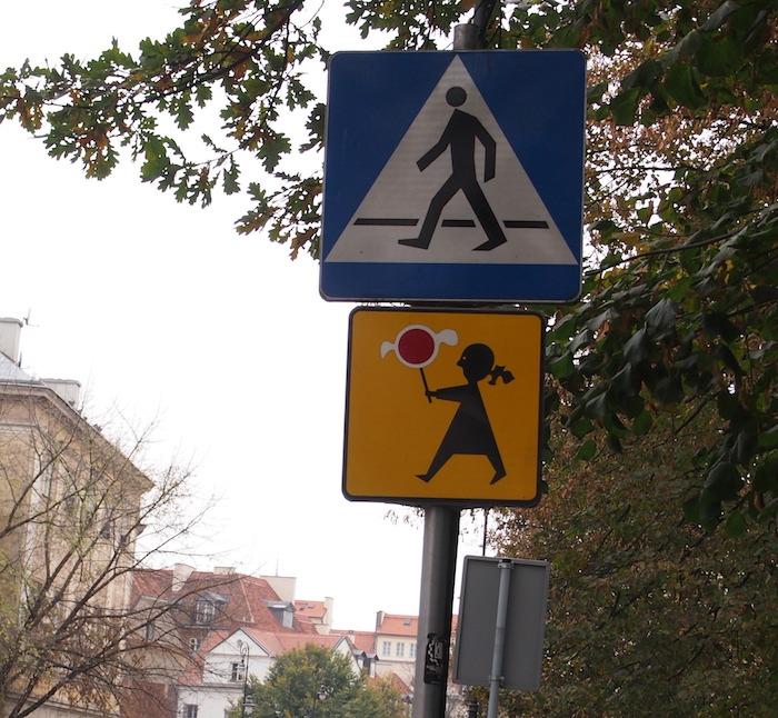 この標識も歩行者? 下は風船を持った女子?