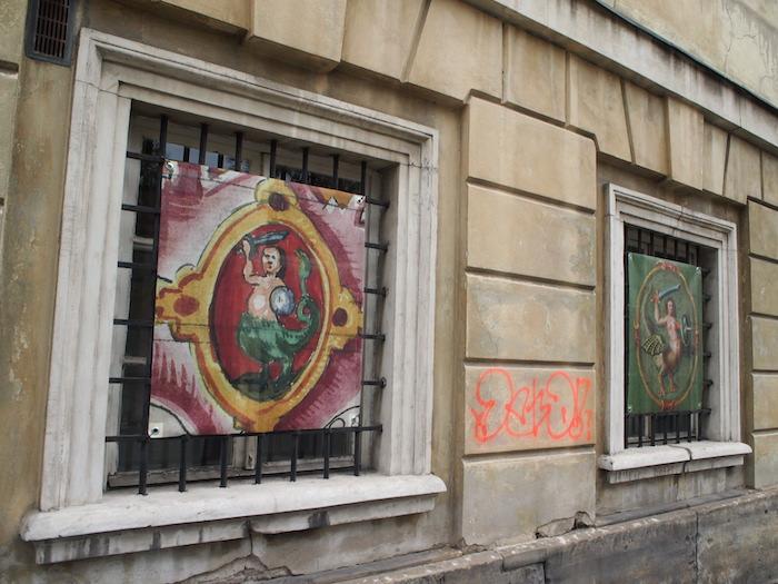 ワルシャワの象徴、人魚モチーフの絵がたくさん掲げられていた