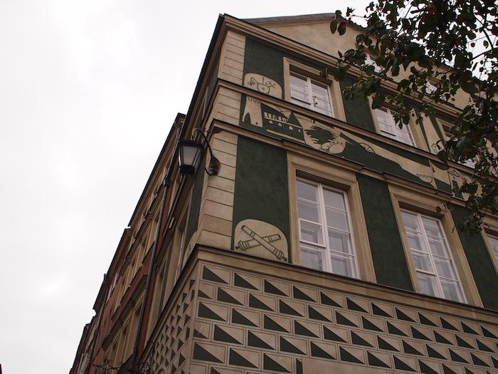ナゾの壁画が描かれている建物