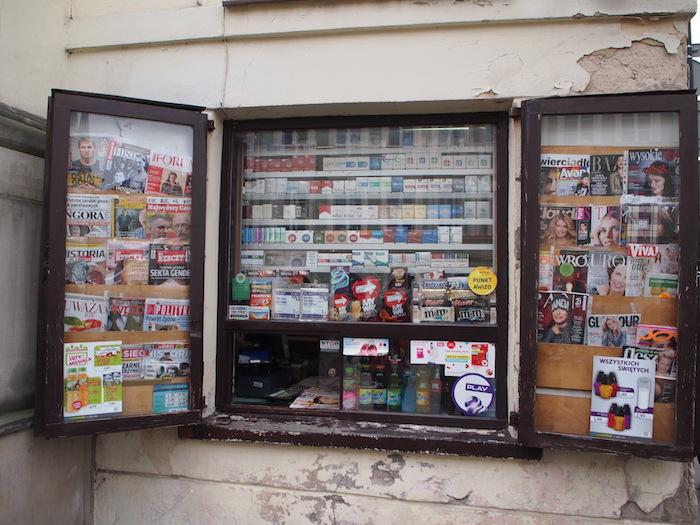 タバコ屋さんの店先。喫煙率はそこそこ高かったような気がしました