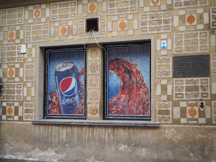 それにしてもコカコーラやペプシが似合わない街だ
