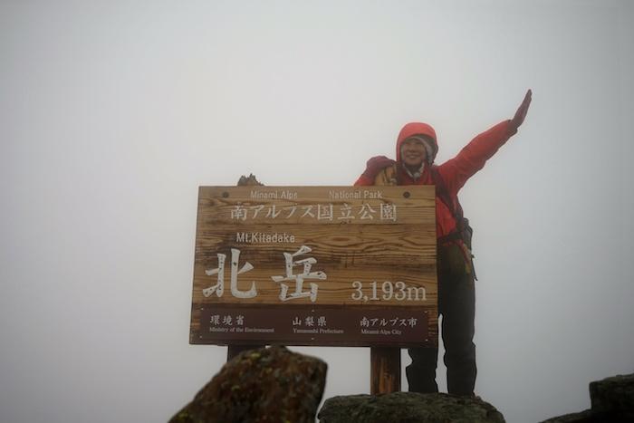 北岳登頂記念。本当に真っ白で看板しか見えない