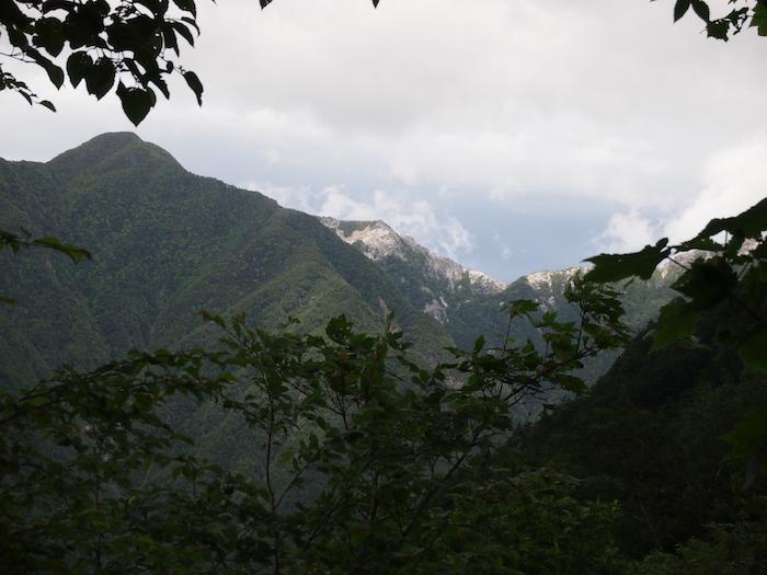 遠くに見える雪をかぶった山々