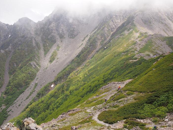 西農鳥岳の頂上も薄く見えてきた