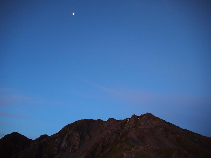 月がまだ出ている。西農鳥岳はマウェンジ峰のようだ