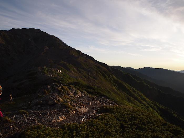 太陽が反射した山がみずみずしく美しい