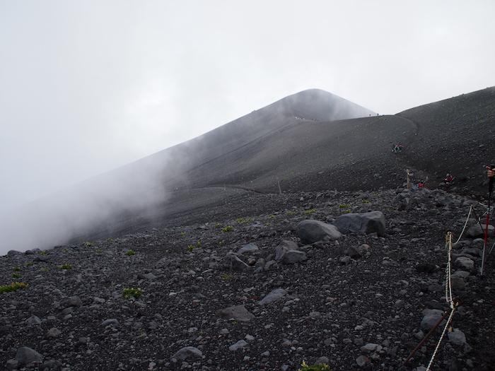 富士山は基本的にこんな灰色と赤岩で構成されています