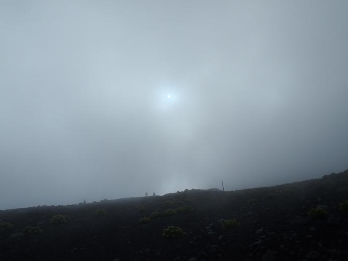 雲の間に太陽がうっすらと