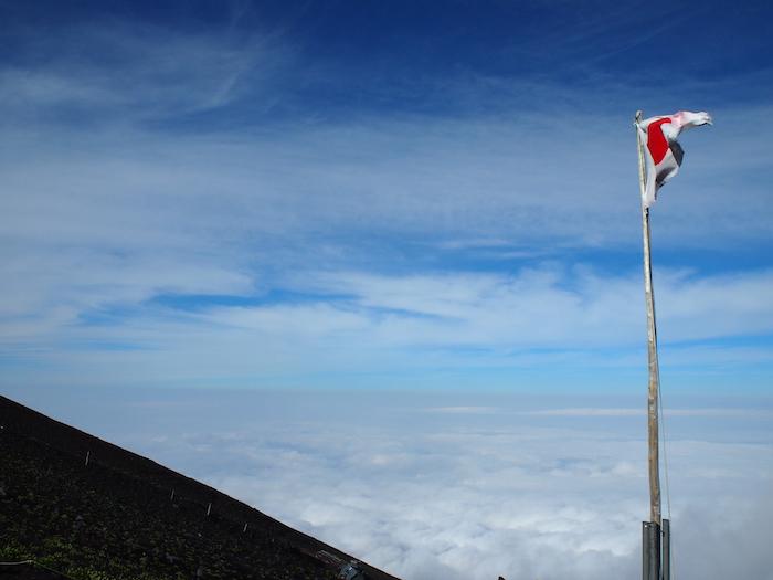 7合目には国旗が掲揚されている