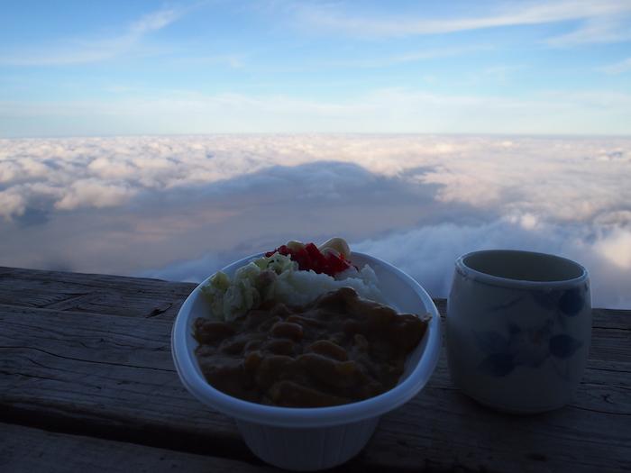 カレーとお茶と影富士。