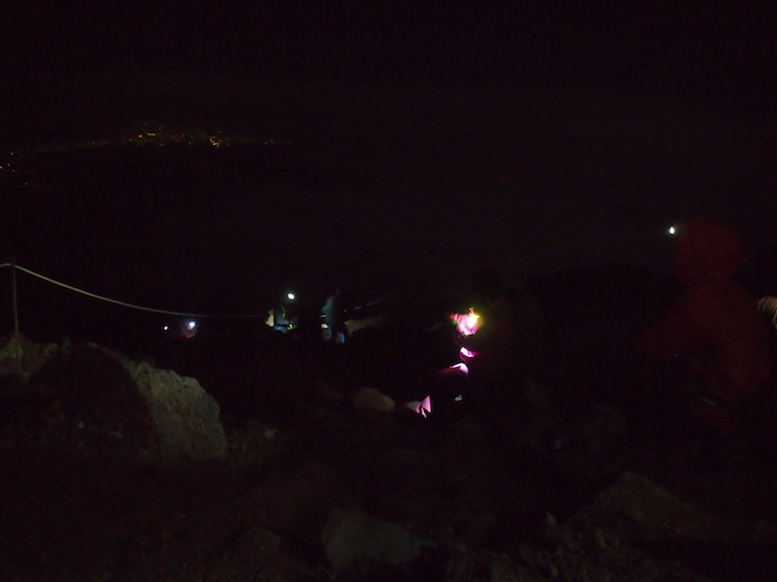 ヘッドランプと遠くに町の明かりが見える