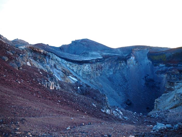 これが噴火口。クレーターになっています