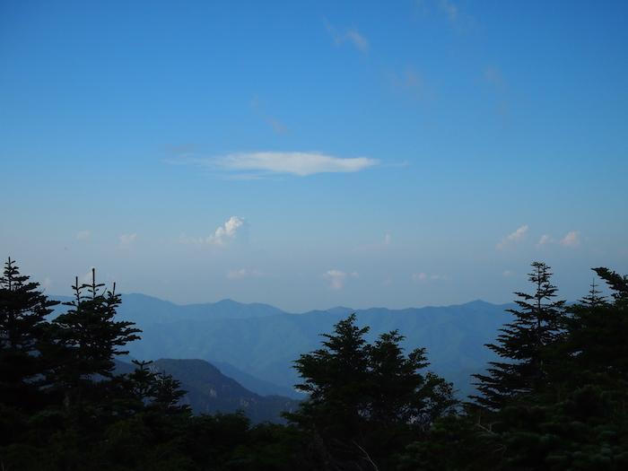 青い稜線が美しい