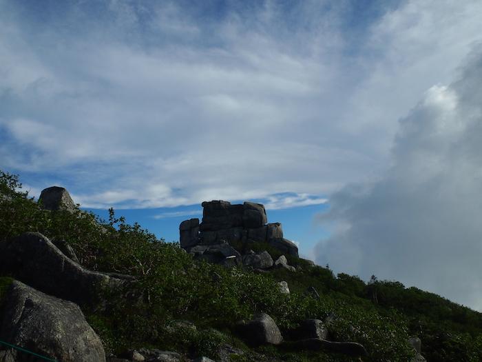 頂上の岩場が見えてきました