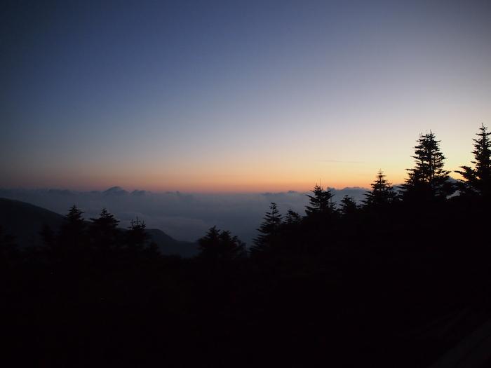 山小屋から眺める朝もや