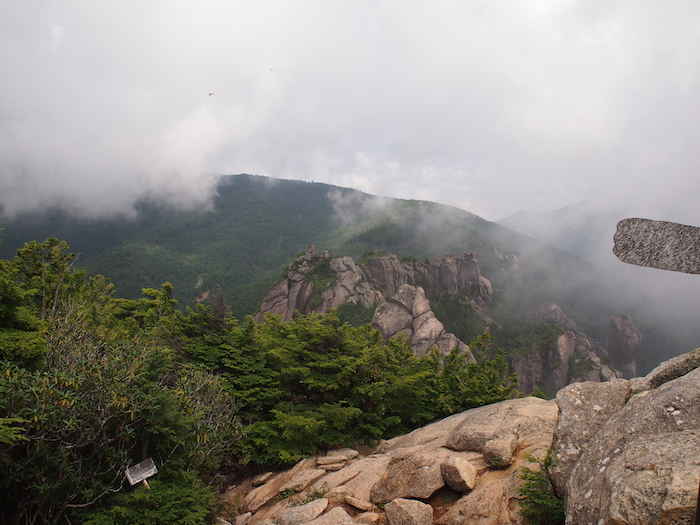 もやがだんだん晴れてくると、周りも全部岩山だった・・・