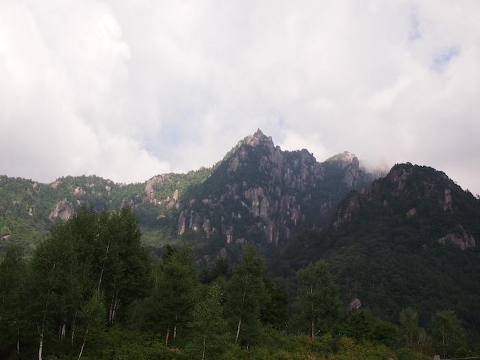 下山後に見上げた瑞牆山。すごい岩です