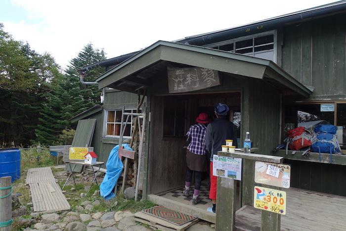 蓼科山荘前。ここでたくさんの登山者がお昼を食べていました