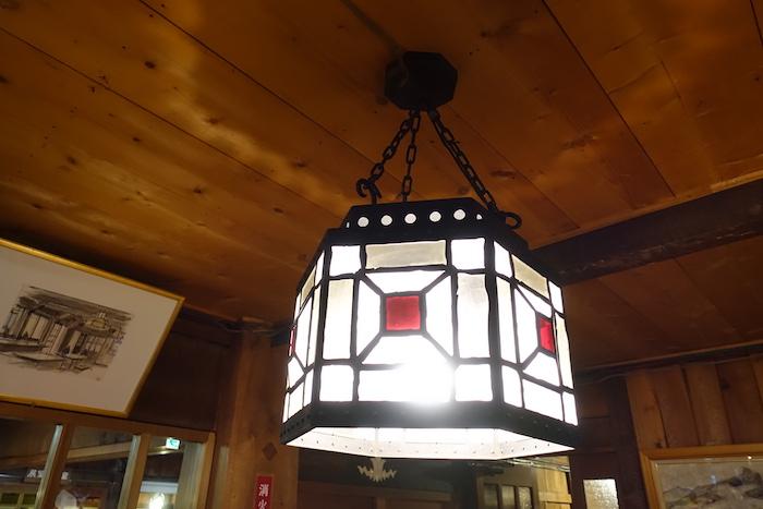 クラシカルな照明がすてきな燕山荘