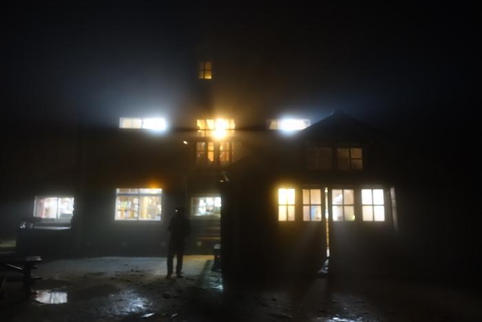 夕食後外に出ると霧雨が