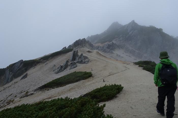 頂上への道は白い砂浜のよう