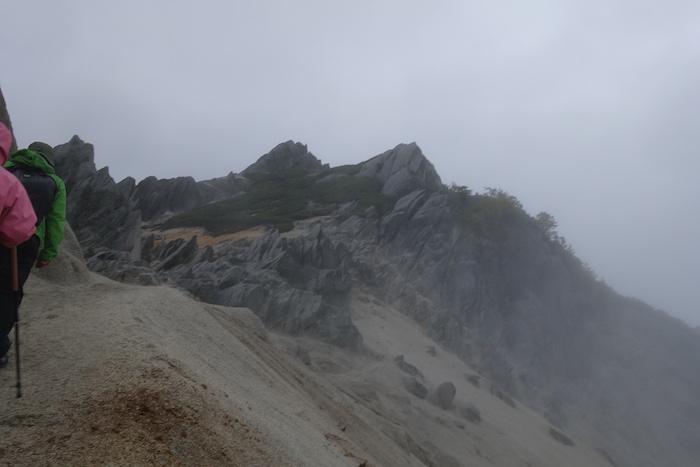 ゴツゴツした岩と白砂が対照的