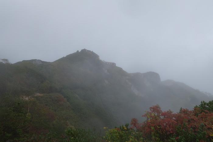 下山道で振り返ると少し山が見えました