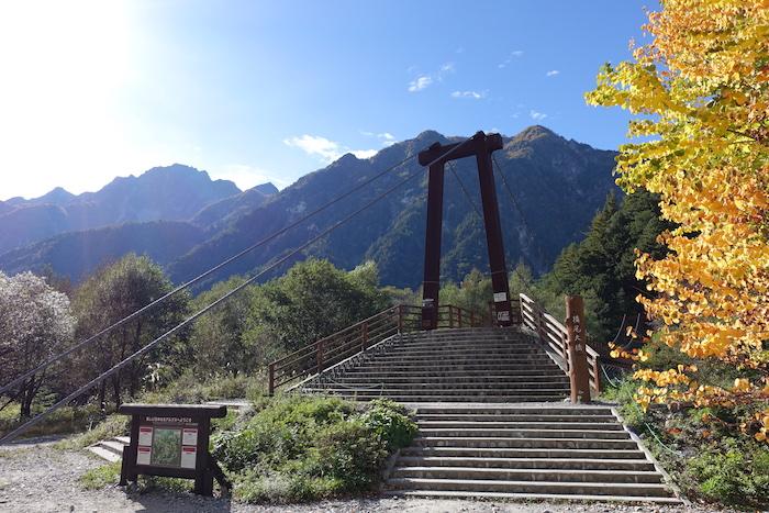横尾の橋。ここからが本格的な登山道