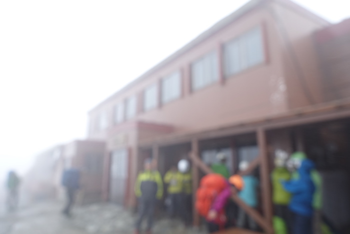 雨でレンズが曇ってしまいましたが槍ヶ岳山荘