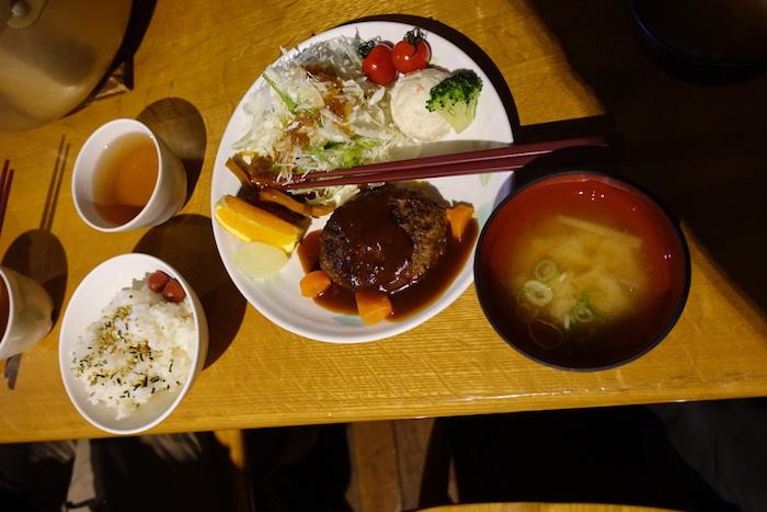 晩御飯。3時にお昼だったので若干お腹いっぱい。
