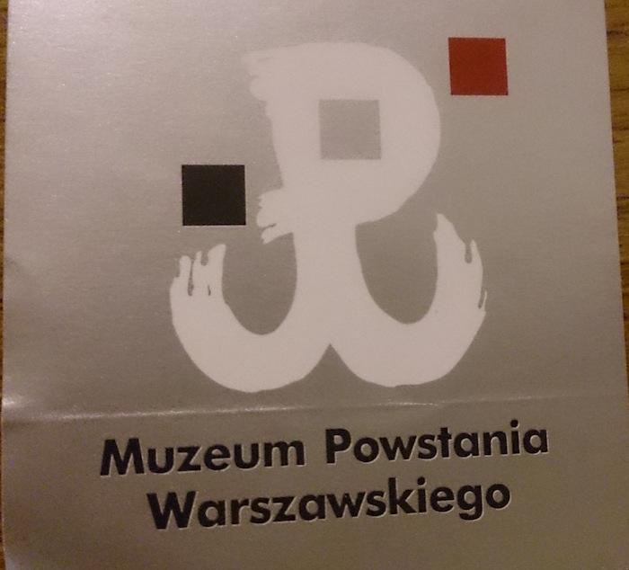 ワルシャワ蜂起博物館のロゴ。入場したところでステッカーをもらえる
