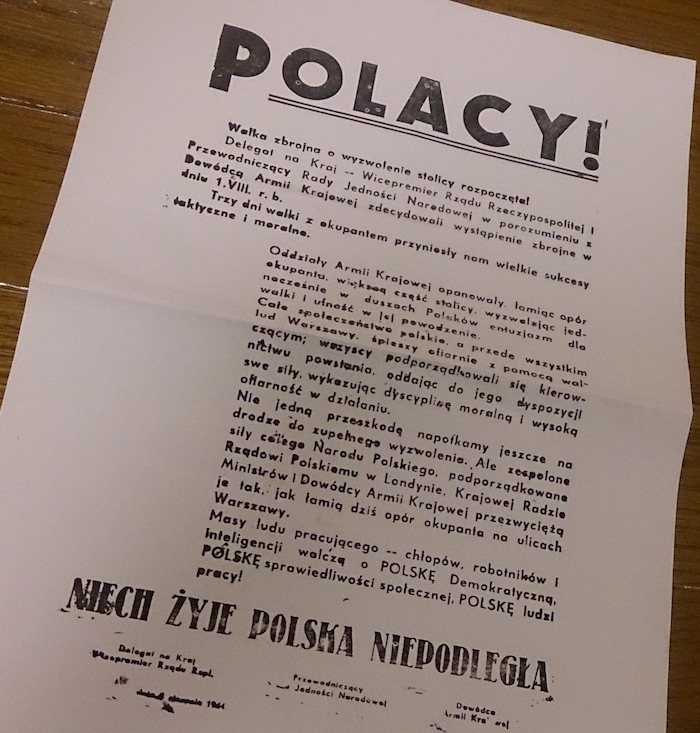 地下で発行されていた新聞のレプリカ