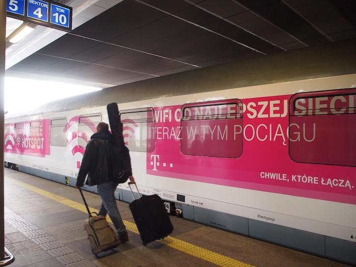 クラクフ駅に到着。列車はプロモーション仕様のピンク色
