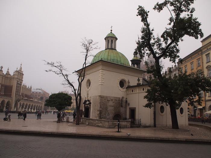 広場の片隅にたつ教会。中には熱心に祈る人がいました